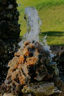 Ablandando la roca, sin prisa, aliviándola del ardor del sol