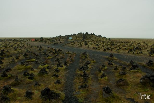 Se dice que en este lugar, colocar una piedra sobre cualquiera de los montículos te traerá buena suerte.