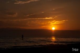 Sombra navegando en la puesta de sol.